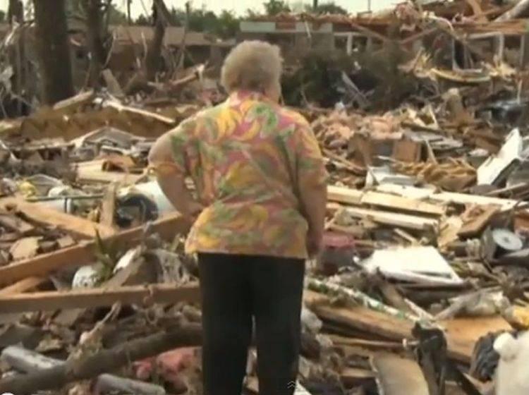 Tornado in Oklahoma: Frau findet ihren Hund wieder — Bild: Youtube / Channel4News