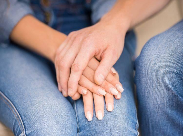 Wer offen über seine Trauer spricht, kommt besser mit dem Verlust zurecht – Shutterstock / VGstockstudio