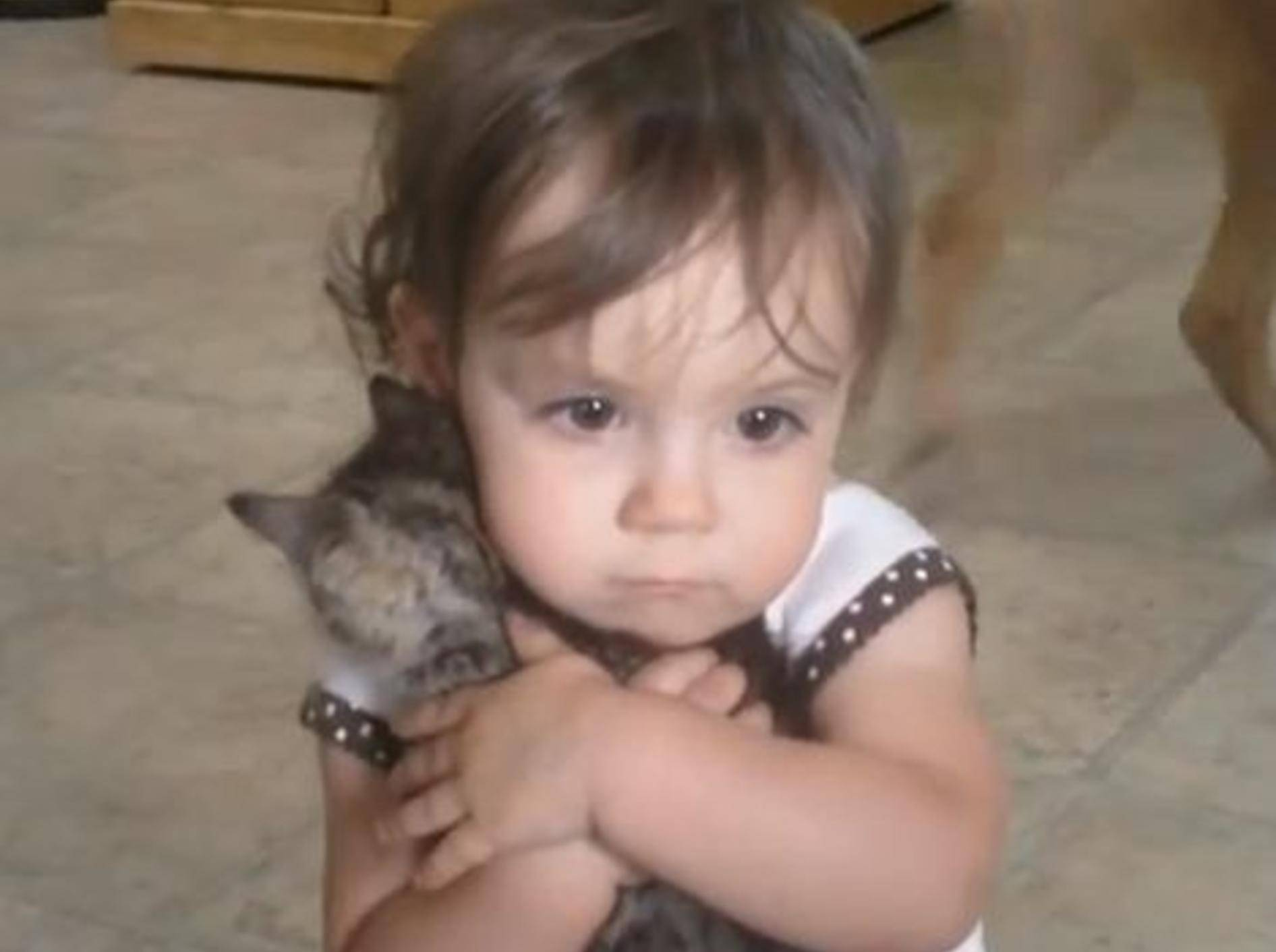 Kuscheliges Dreamteam: Kind und Kätzchen — Bild: Youtube / DevinandErica