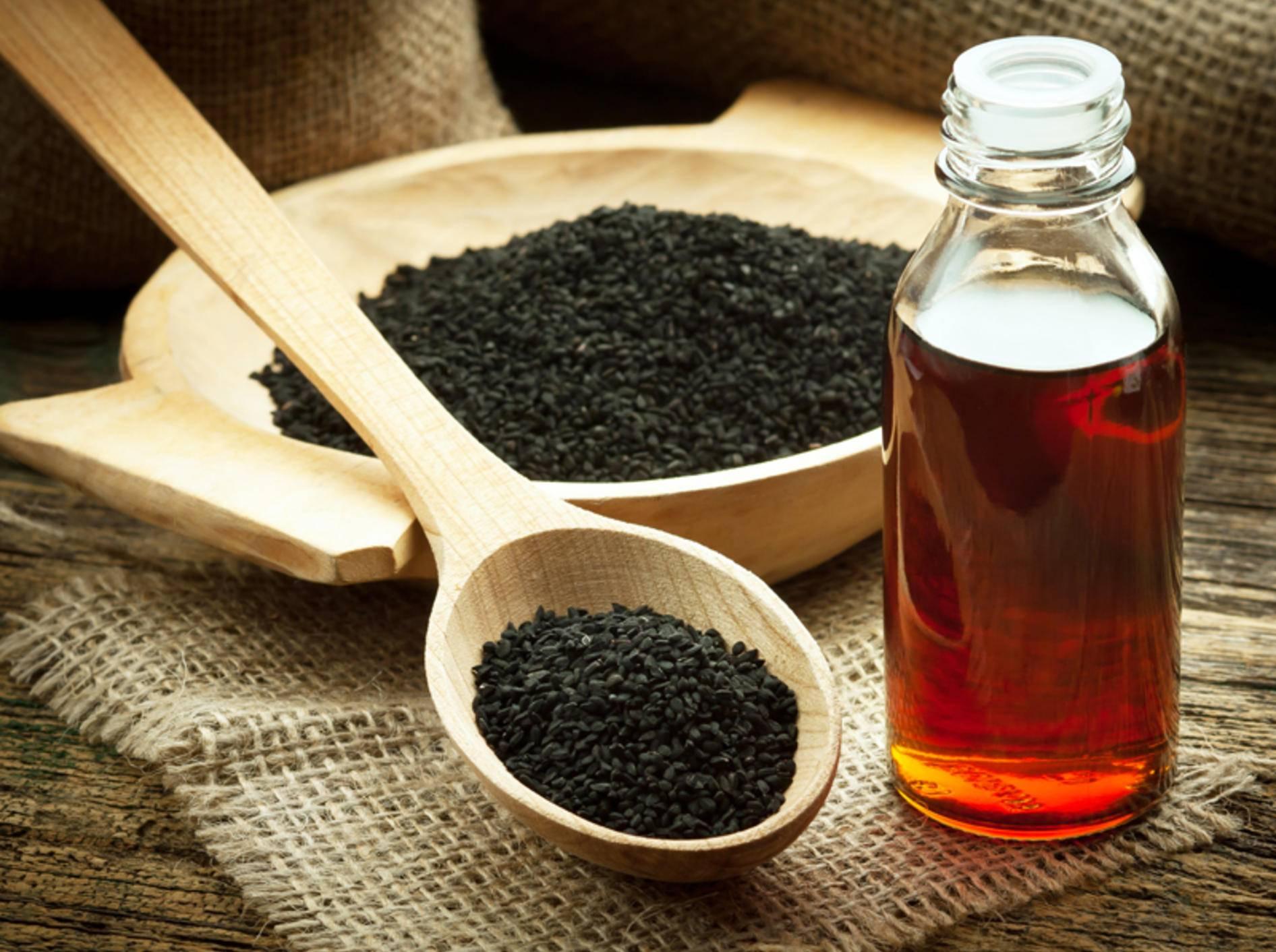 Schwarzkümmelöl gilt als Multitalent in Sachen Gesundheit – Shutterstock / Evan Lorne